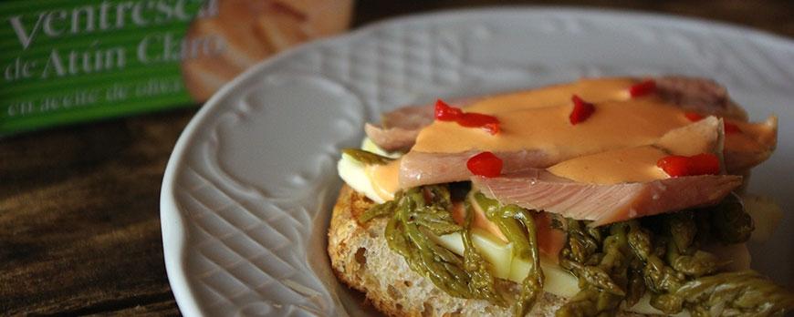 Tostas de ventresca de atún con trigueros, queso tetilla y mayonesa de piquillos